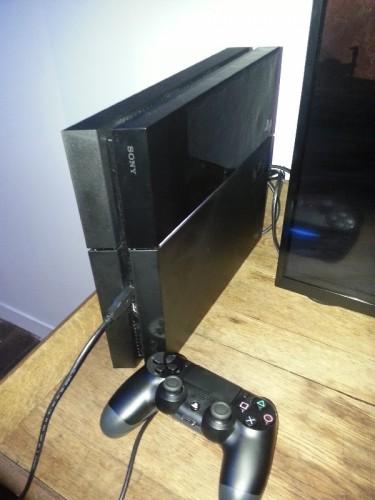 Appart 4 PS4 et manette